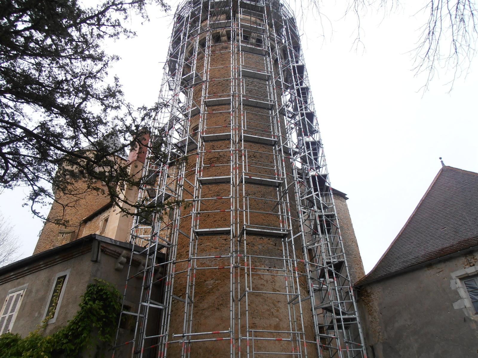 Echafaudage sur tour du château de Celon (36)