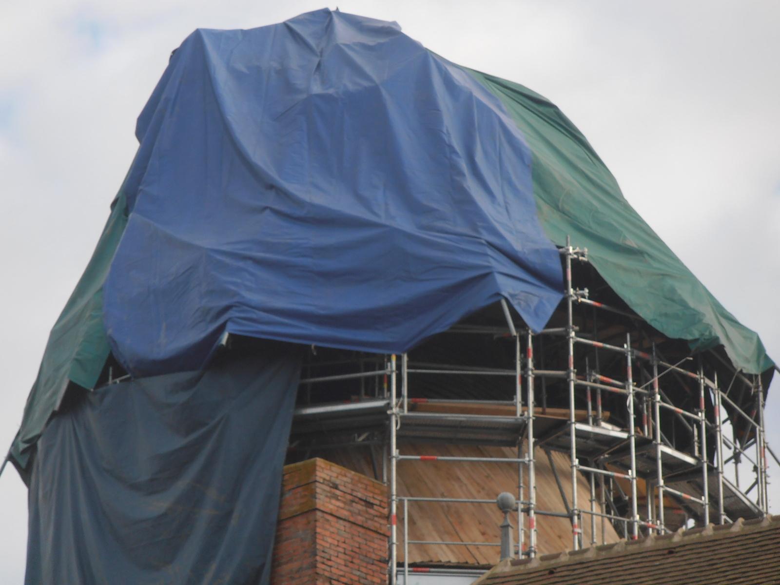 Parapluie sur l'échafaudage des tours du château de Celon (36)
